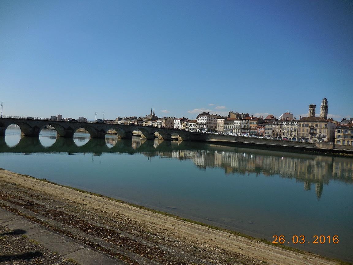 Macon(Saône-et-Loire) depuis St-Laurent-sur Saône(Ain). L'ENVERS DU DECOR DE MACON SUR LA SAÔNE TRANQUILLE.