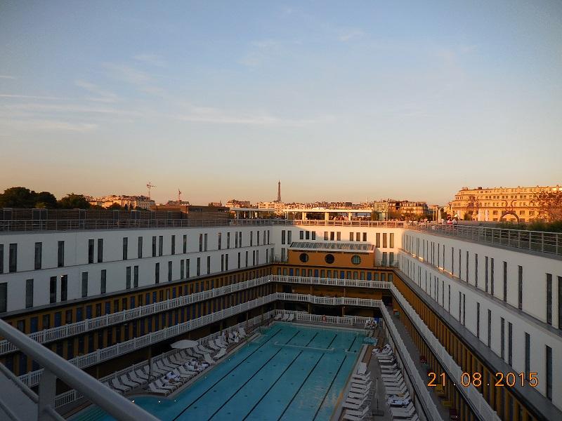 Terrasse de la piscine Molitor à Paris XVIe. ILLUMINATION DE LA PISCINE DEVANT LA TOUR EIFFEL PAR LE SOLEIL COUCHANT. (1)